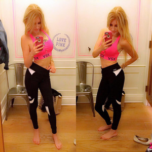 Bella teen ragazza in leggings prende..