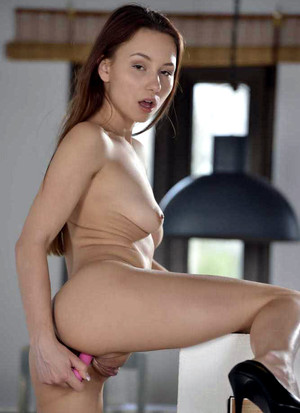 Slim girl Taylor Sands toying her..